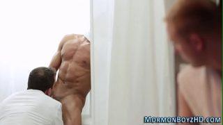Брюнеточка с сексуальным тельцем в позе Кама Сутры наездницы жахается с стариком
