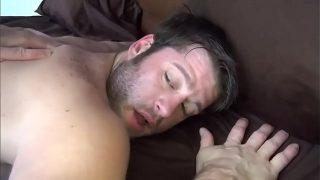 Мулатку в наколках пердолят до окончания в открытый для приема спермы рот в гостиной